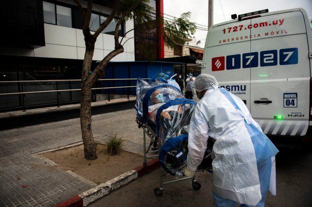 EMERGENCIA. Un equipo médico traslada a un paciente a un hospital de Montevideo