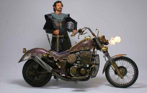 La Moto y el caballero. Echeverría junto a la Excalibur