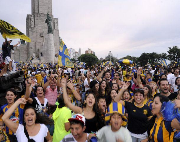 Los canallas festejaron la victoria en el Monumento. (Foto: S.Salinas)
