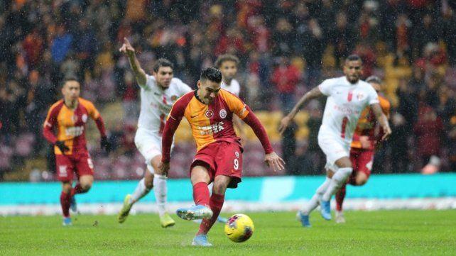 No falló. Falcao patea el penal para el primero de sus dos goles contra Antalyaspor.