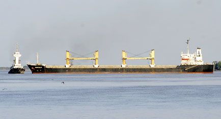 Se resiente la operatoria de puertos por un buque encallado en la hidrovía