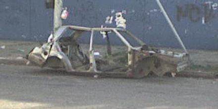 Restos de lo que fue un auto duermen en plena calle