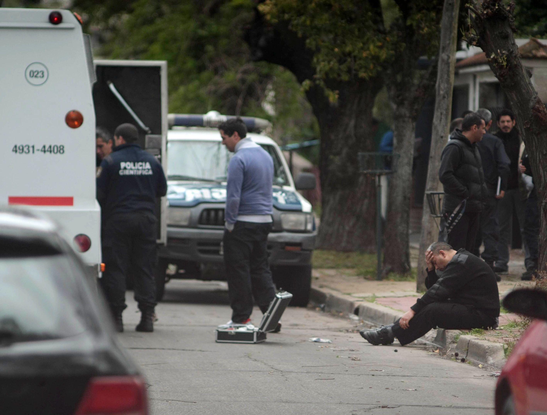 Los policías científicos trabajaban en busca de huellas en el camión. (NA)