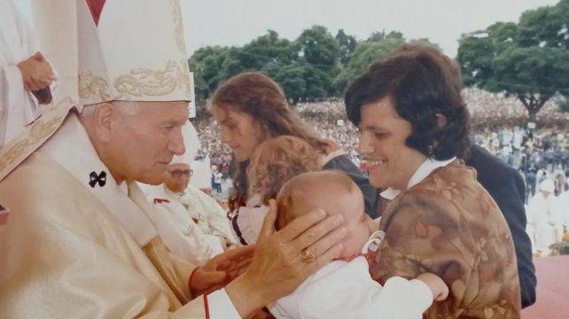Primero subieron María Elena, Jesús y el bebé, y luego el Papa llamó a los demás chicos.