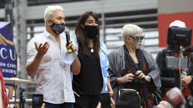 Flavio Mendoza encabezó una manifestación en la porteña calle Corrientes para reclamar la reapertura de los teatros.