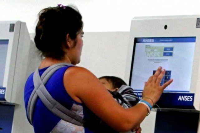 El gobierno anunció un plus para beneficiarios de la AUH: abonará unos 12 mil pesos por grupo familiar