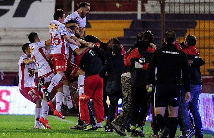 Todo el plantel de Huracán se convierte en una montaña humana para festejar el triunfo ante San Lorenzo. (Foto: Télam)