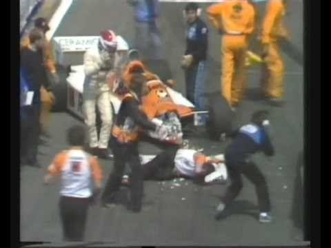 Siegfried Stohr se agarra la cabeza al ver al mecánico de su equipo en el piso. Lo atropelló de atrás y sólo le fracturó las piernas.