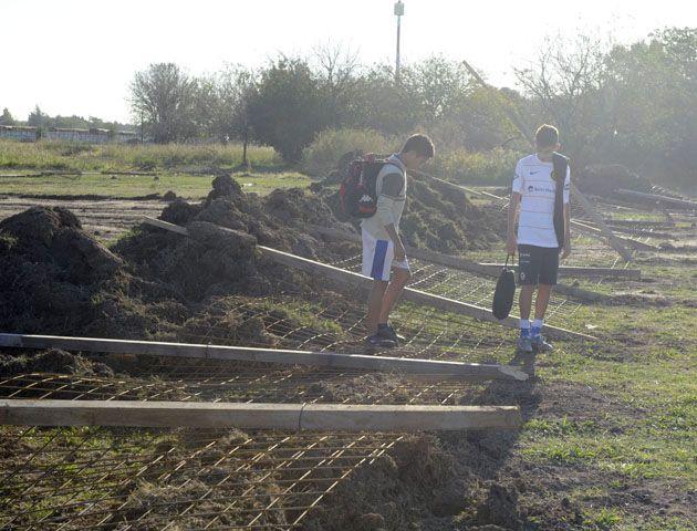 Ayer por la tarde se concretó el desalojo del parte del predio del club Argentino ubicado en Sorrento y Travesía. (Foto: G. de los Rios)
