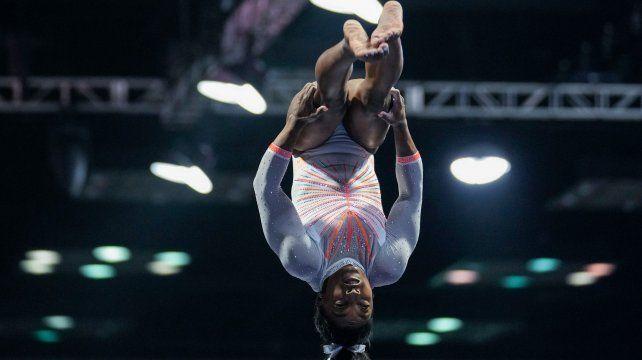 La gimnasta estadounidense Simon Biles deslumbra con una inesperada pirueta.