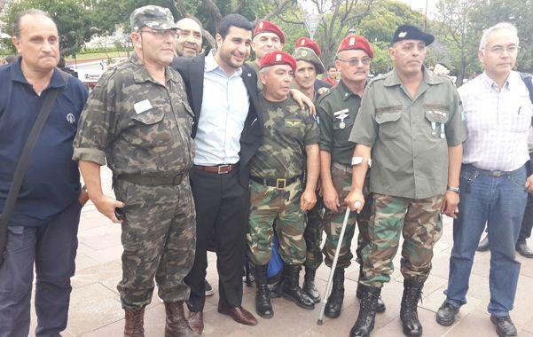 Marcos Cleri junto a veteranos de la guerra de Malvinas.