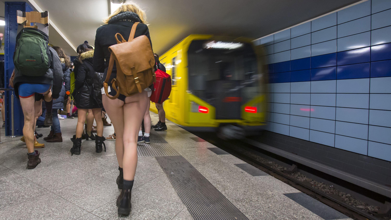 Cada son más los usuarios del transporte público que se suman al Día sin Pantalones en el Metro.