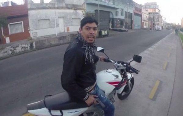 Un turista grabó cómo intentaron robarle mientras paseaba en bici