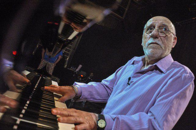 De tal palo... Eduardo Spinassi y su mejor amigo, el piano.
