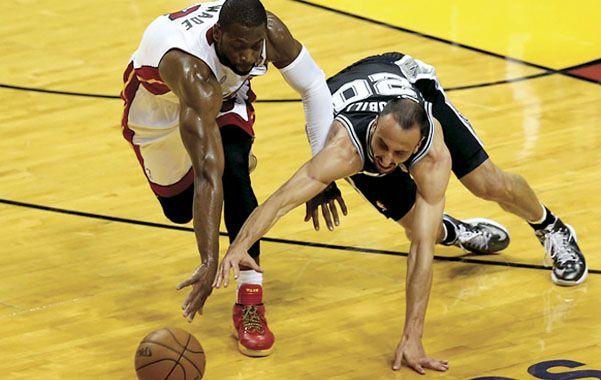 Lucha en el piso. Ginóbili y Dwayne Wade buscan el balón.