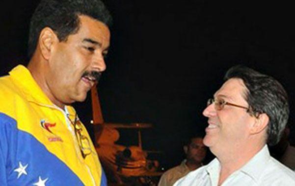 El presidente venezolano es recibido a su llegada a Cuba por el canciller Bruno Rodríguez.