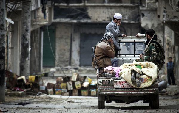 Combatientes rebeldes en las calles de Alepo.