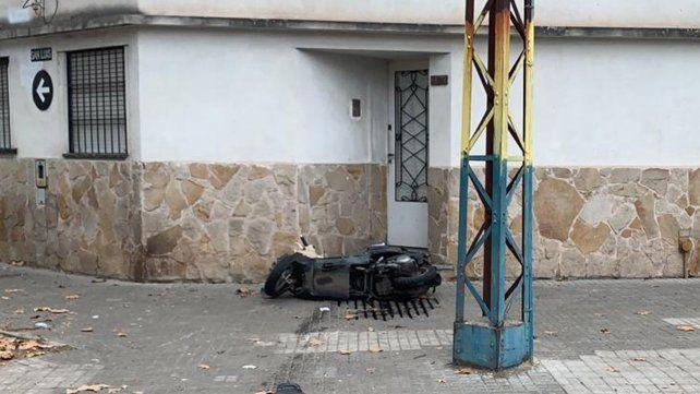 Violento choque de un motociclista que escapaba de un control policial