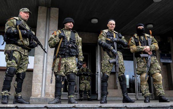 Aguerridos. Milicianos muy bien pertrechados coparon ayer los centros de gobierno de la ciudad de Slovyansk.
