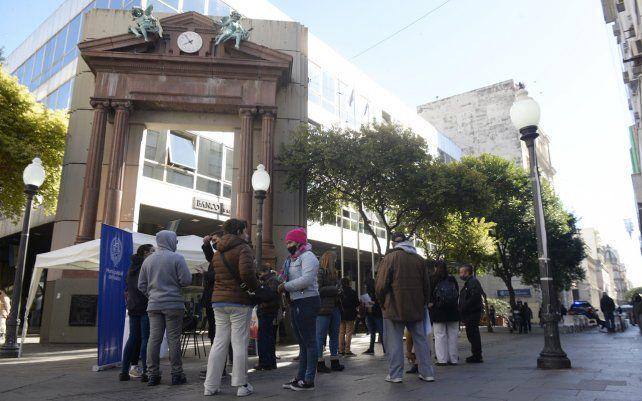 Inscripción para vacunarse contra Covi-19 en el cruce de la peatonal Córdoba y San Martín. Las personas que no pudieron registrarse en la página pueden acercarse al lugar para realizarla.