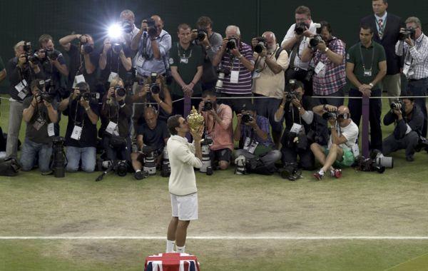 El suizo levanta el trofeo ante una catarata de flashes.