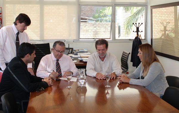 El acuerdo. La comuna y el gobierno firmaron el convenio para construir la planta de ósmosis inversa.