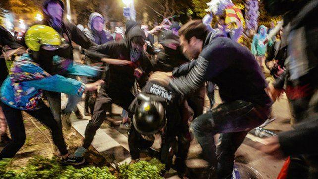 Batalla campal. Al menos tres militantes fueron detenidos.