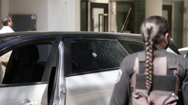 Uno de los impactos de bala atravesó el vidrio trasero.