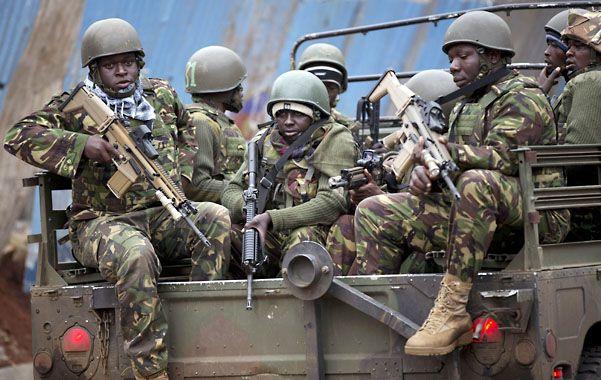 En acción. Soldados kenianos llegan al lugar para sumarse a la operación.