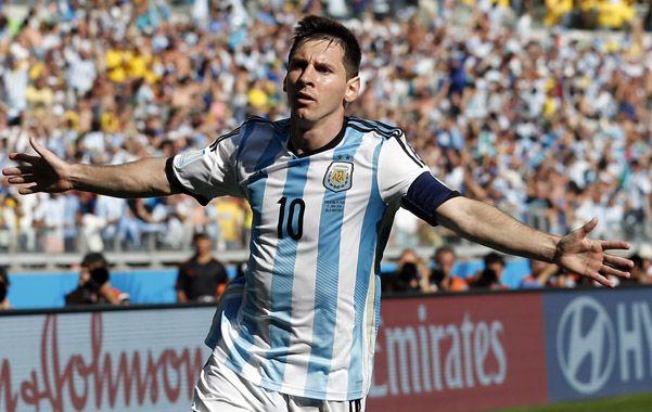 Tras el 10. Todo el equipo corre a abrazar a Messi