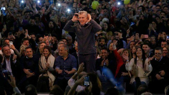 ¿Cábala? El presidente repitió el gesto del Topo Gigio durante el acto realizado en la capital mediterránea.