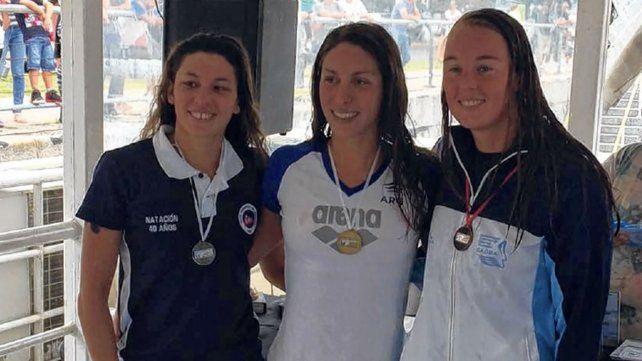 Julia Arino (en el medio) correrá 10 km en Budapest