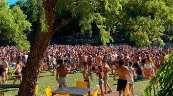 Cientos de jóvenes agolpados en un balneario de Santa Rosa de Calamuchita.