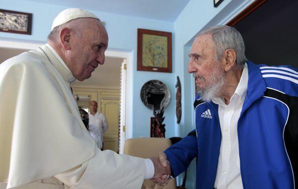 Intercambio de regalos. Francisco le obsequió algunos libros. Castro le dio el de la conversación que tuvo hace unos años con Frei Betto.