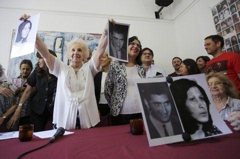 Abuelas. Carlotto dio detalles de la nieta recuperada en compañía de familiares de la pareja desaparecida.