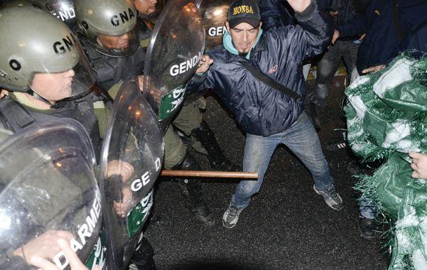 Palos y piedras. Los trabajadores lucharon ayer contra los gendarmes.