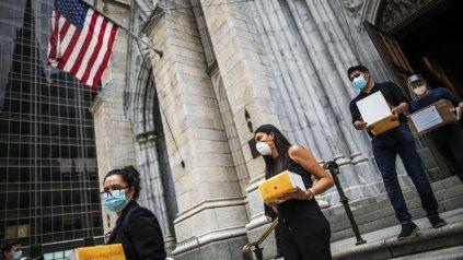 Las cenizas de víctimas latinas del Covid son retiradas de la Catedral San Patricio, en Nueva York.