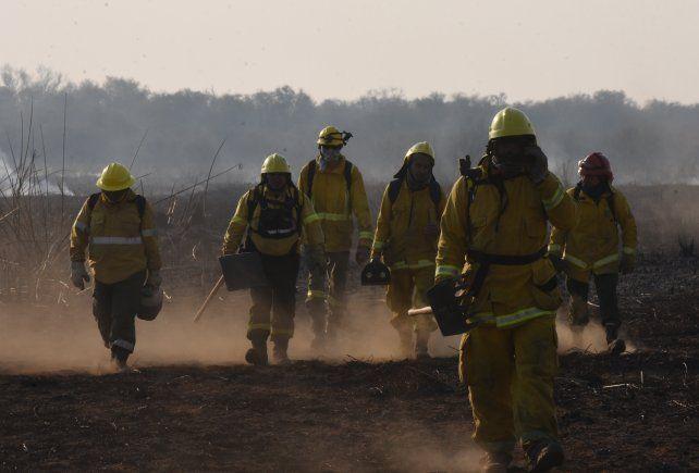 Se suman brigadistas al combate del incendio en las islas del Paraná