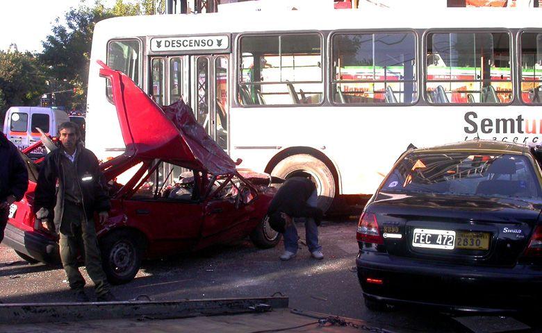 Cafferata y Zeballos: dos muertos y cinco heridos al chocar un colectivo y dos autos
