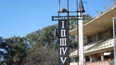 Vacío. El marcador, el hornero y la campana esperanla vuelta de la actividad al centenario hipódromo.
