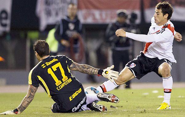 Lo atoró justo. Campestrini salió a cortar el avance del uruguayo Mora para evitar la caída de su arco. El de Arsenal fue la figura del partido en el Monumental.