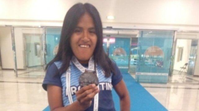 Premiada. Yanina ayer en Dubai tras recibir la medalla de plata por el 2do. puesto.