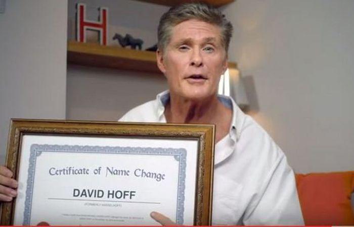 El actor muestra en un vídeo el certificado que demuestra que a partir de ahora pasa a llamarse David Hoff