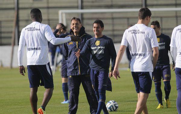 Russo sonríe al recibir al colombiano José Valencia