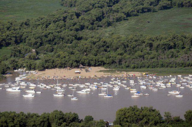 Embarcaciones en las Islas del rio Parana frente a Rosario.