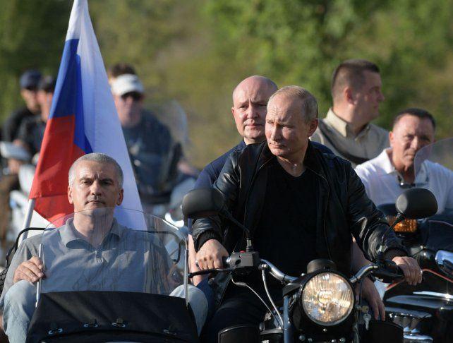 Conductor. Putin conduce una moto de la banda Lobos de la Noche en Crimea.