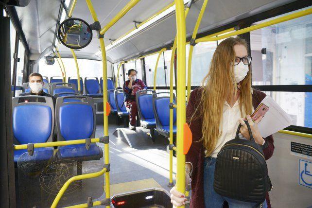 Con barbijos. Las unidades del sistema rosarino muestran diariamente poca cantidad de pasajeros.