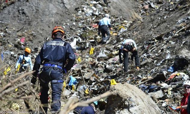 Gendarmes franceses trabajan en el rescate de los restos del avíón de la línea Germanwings.