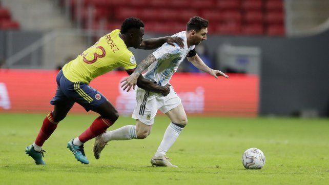 El colombiano Yerry Mina intenta detener a manotazos al argentino Lionel Messi. AP Photo / Eraldo Peres