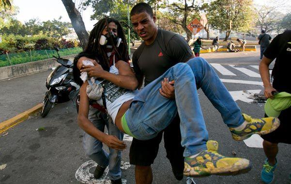 No ceden. Estudiantes afectados por el lanzamiento de gases por parte de la Guardia Nacional en Caracas.